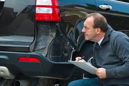 Sachverständiger einer Versicherung. Schadensfall am Auto. Autoversicherung